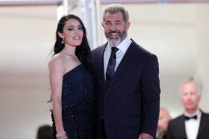 Cannes, Mel Gibson presenta a Cannes il suo ultimo film e la giovanissima fidanzata di soli 25 anni