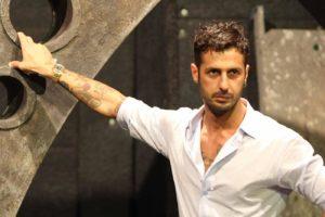 Fabrizio Corona commesso per un giorno in un negozio di alta moda di Milano