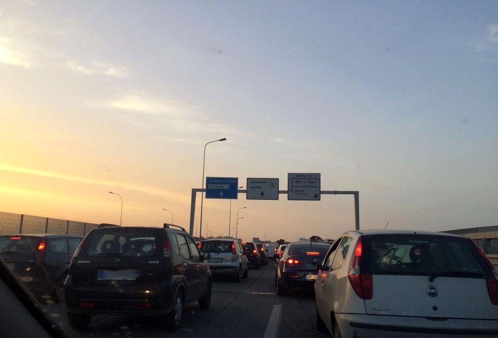 Incidente sulla tangenziale di Bari, si ribalta auto con traino paninoteca, traffico bloccato