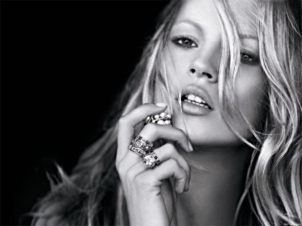 Kate Moss ubriaca e con il vestito strappato all'esclusivo party di Vogue