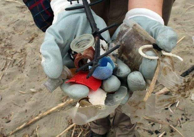 Legambiente spiagge sommerse di rifiuti,  fondali pieni di bottiglie di plastica