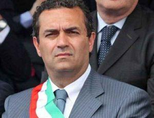 Luigi De Magistris choc attacca il premier: Renzi, vattene a casa! Devi avere paura! Ti devi cagare sotto