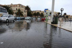 Maltempo situazione drammatica in alcune zone di Bari, Molfetta e Corato dove si gira con i gommoni, a rischio Bari – Trapani