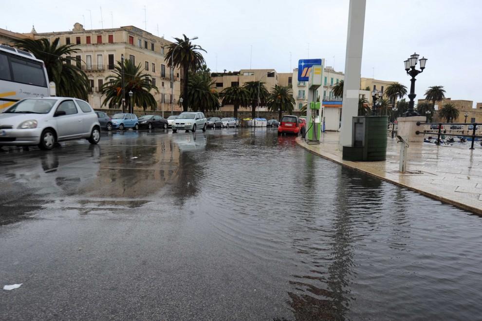 Maltempo situazione drammatica in alcune zone di Bari, Molfetta e Corato dove si gira con i gommoni, a rischio Bari–Trapani?