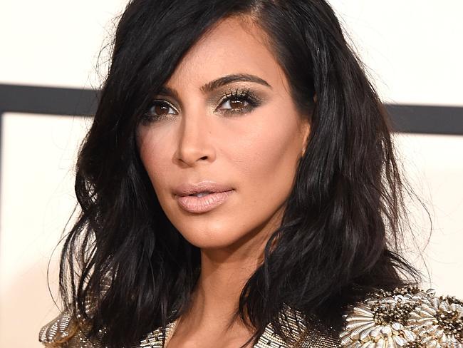 Monica Bellucci e Kim Kardashian si scattano insieme un selfie, deliro dei fan