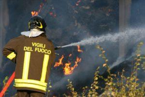 Pauroso incendio sulla strada provinciale 231, rogo in un capannone le fiamme si vedono a due chilometri di distanza