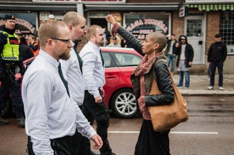Una donna riesce da sola in Svezia a frenare un corteo di 300 neonazisti