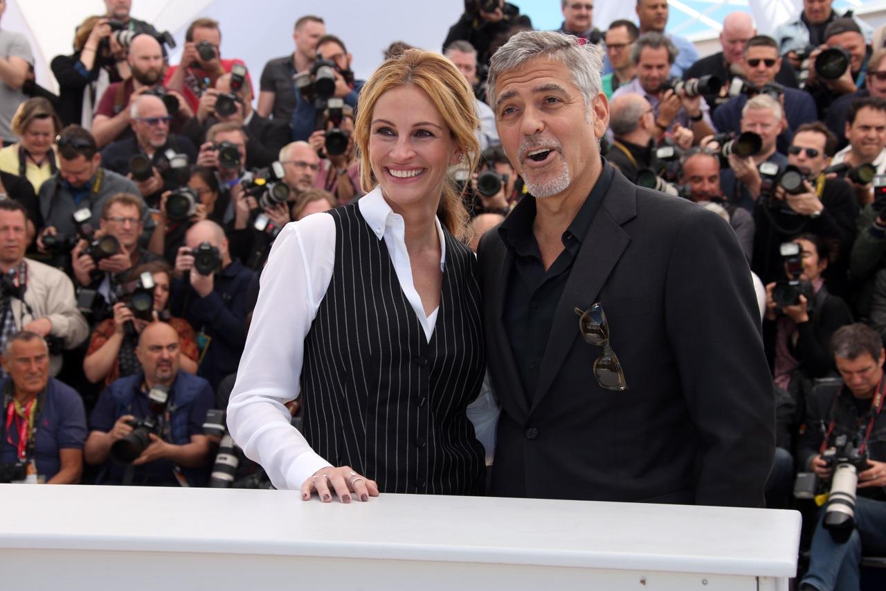Julia Roberts con George Clooney a piedi nudi sul Red Carpet del Festival di Cannes