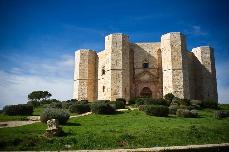 Castel del Monte segnaletica stradale sparita, i pali di sostegno servivano a 3 persone per costruire un gazebo!