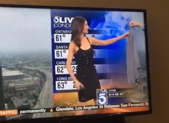 Meteorologa per la produzione è vestita troppo sexy, costretta a indossare un golf in diretta tv