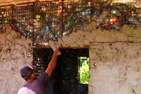 A Panama villaggio eco sostenibile di 120 case costruito con bottiglie di plastica