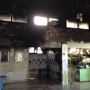 Bari incendio doloso al mercato di Santo Spirito, le fiamme nelle notte hanno devastato i box