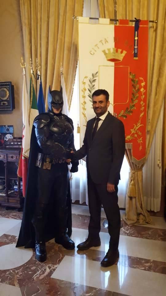 Dopo Noordin il sindaco Decaro riceve Batman, Bari diventa la città degli eroi immaginari
