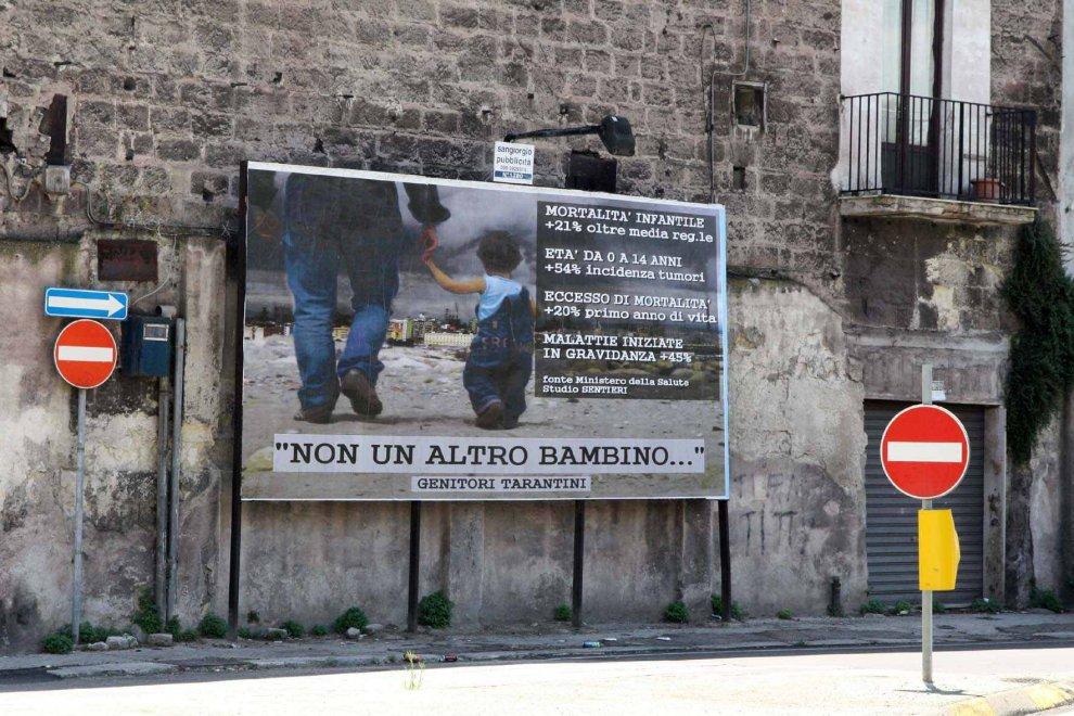 """Taranto, un nuovo manifesto con i dati disarmanti sulla mortalità infantile e con la scritta """"Non un altro bambino abbia ancora ad ammalarsi o a morire!"""""""