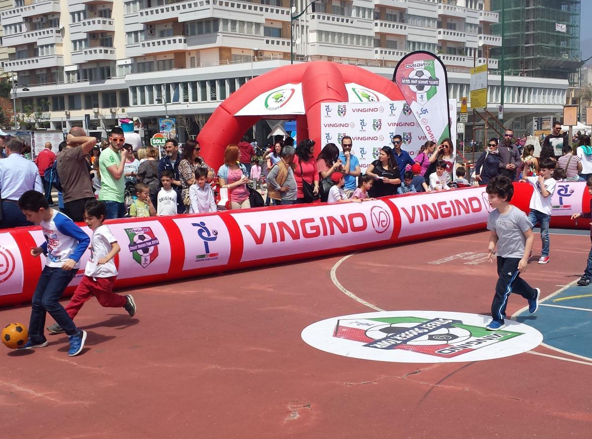 A Bari lo Street Soccer Tour 2016 a Piazza Diaz i bambini giocano a calcio per strada