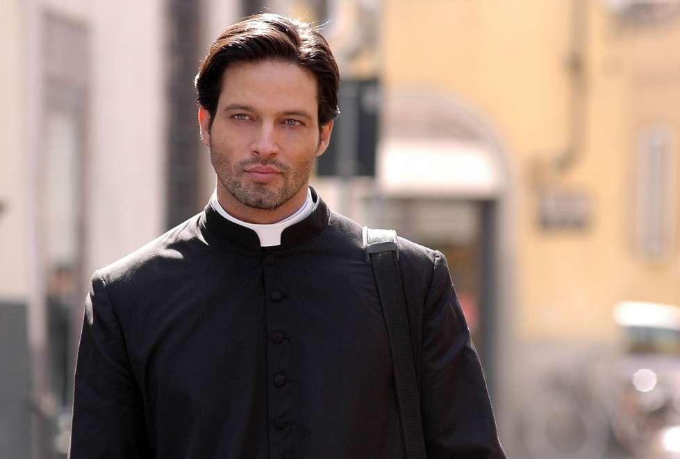 Attrazione fatale a Lecce, donna si innamora di un prete e tenta di sedurlo, denunciata per stalking