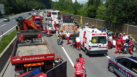 Austria, spaventoso incidente tra un bus proveniente dal Friuli e un tir, feriti 36 passeggeri, quattro sono gravi