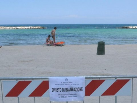 Bari, oggi divieto di balneazione a Pane e Pomodoro ma molti fanno lo stesso il bagno