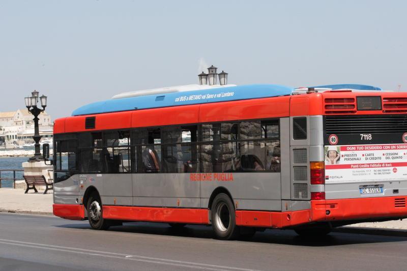 Bari, ragazza sviene nel bus per il troppo caldo e sovraffollamento, soccorsa dai passeggeri e portata in ospedale