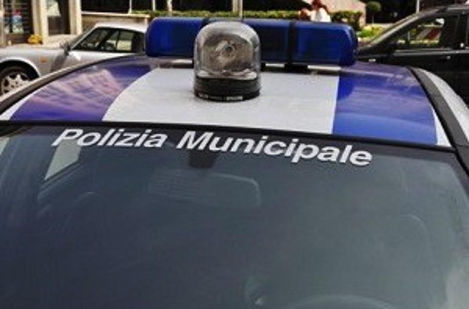 Bari, spaventoso incidente in via Caldarola auto si cappotta per alta velocità, gravissimo il conducente