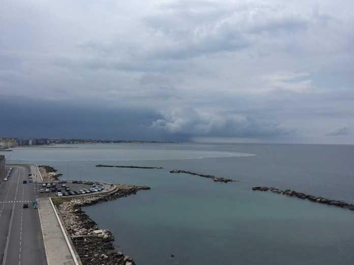 Bari, subito dopo la forte pioggia si è formata enorme chiazza in mare all'altezza di piazza Diaz