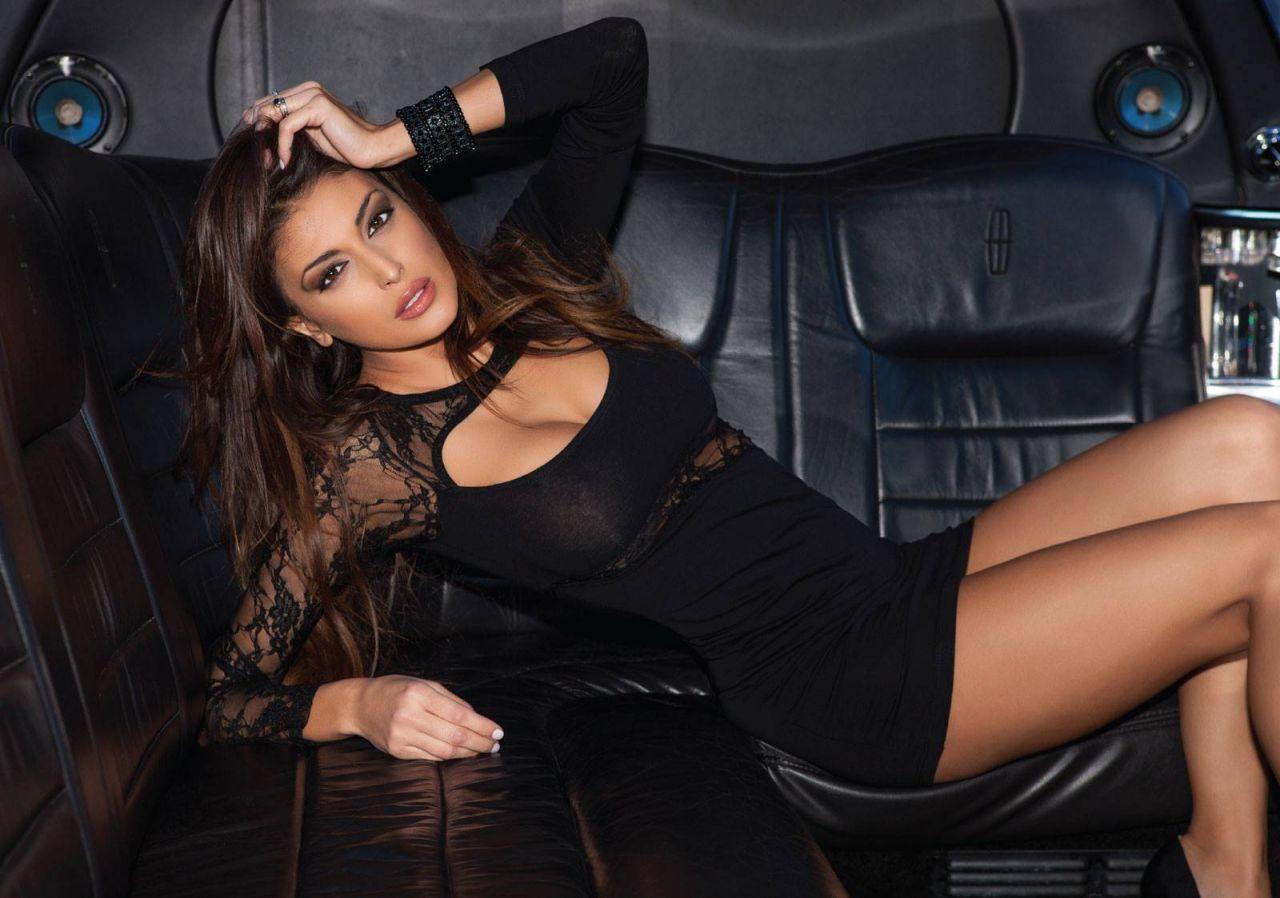 Cristina Buccino è di nuovo single i suoi tantissimi corteggiatori festeggiano