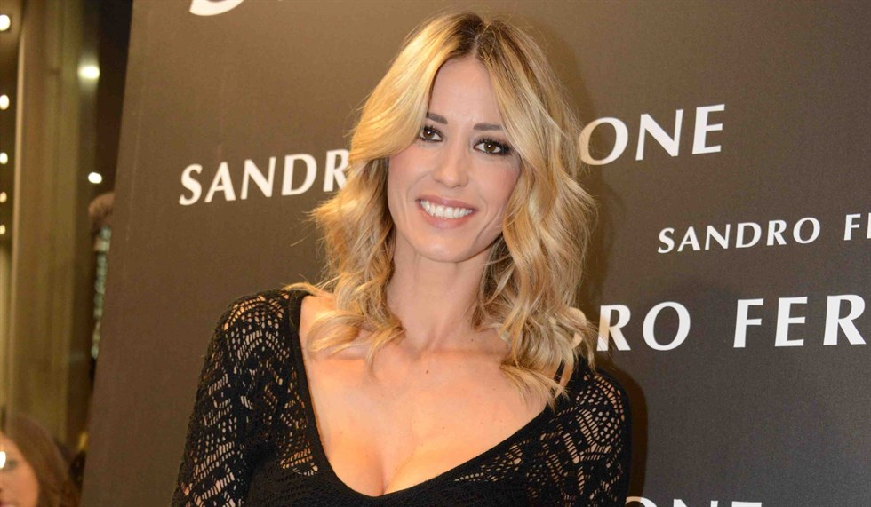 Elena Santarelli dura replica su Instagram a Fabrizio Corona, il seno rifatto con  i miei soldi