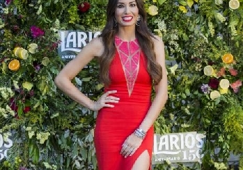 Elisabetta Gregoraci sui social è the woman in red, vertiginoso spacco e decolleté da urlo