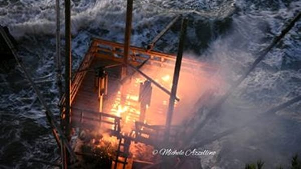Rodi Garganico, un incendio doloso distrugge il trabucco antico