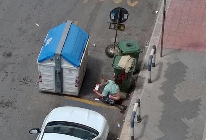 Bari, uomo defeca per strada davanti agli occhi di tutti. Una storia di degrado cittadino.