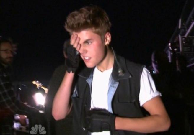 Justin Bieber rischia grosso, rovinosa caduta dal palco precipita nel vuoto mentre sistema i pantaloni