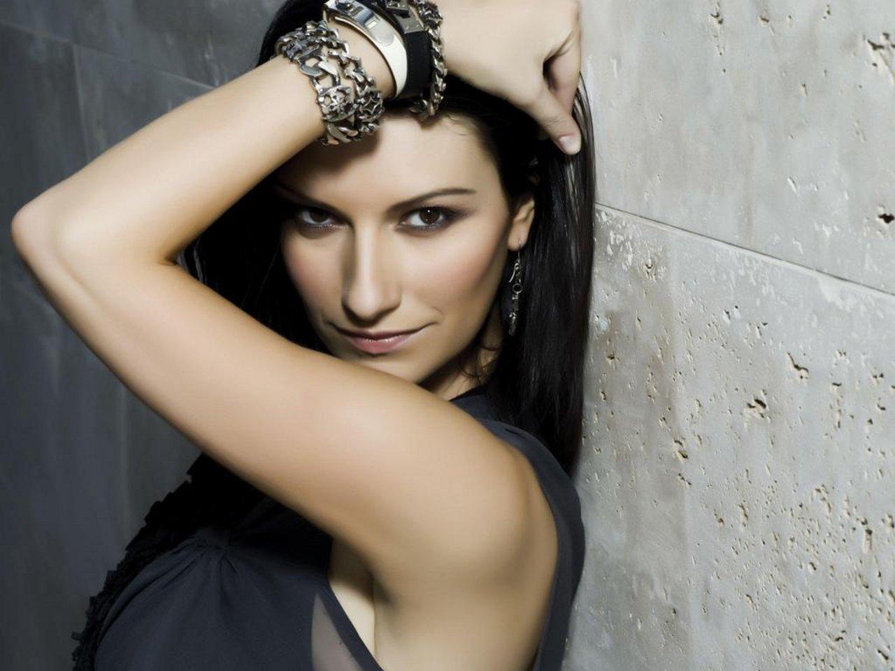 Laura Pausini furiosa al concerto di Milano polemizza contro un giornalista, i fan sono tutti con lei