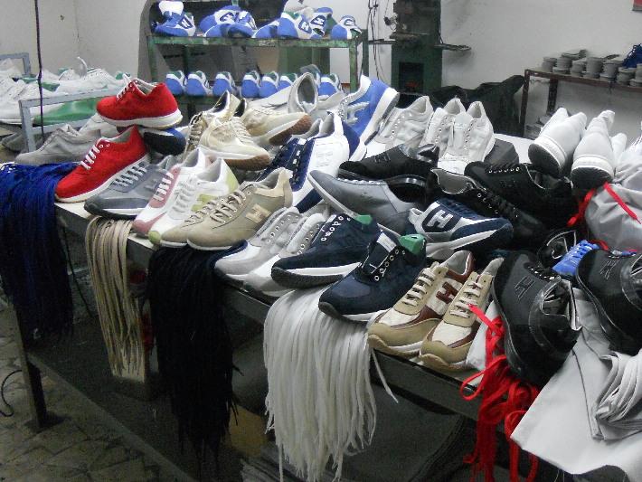 Cinesi pronti a vendere più di 10mila scarpe sportive contraffatte. Il maxi sequestro delle Fiamme Gialle di Bari.