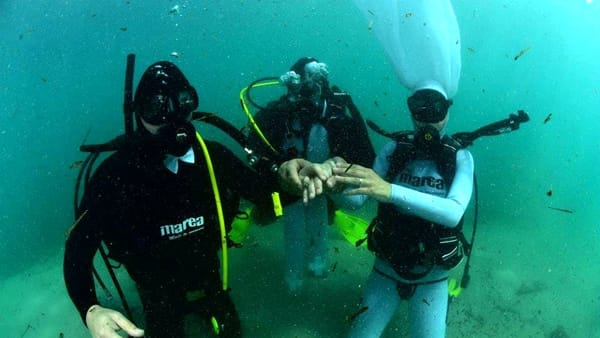 Matrimonio celebrato sott'acqua gli sposi si scambiano gli anelli in fondo al mare
