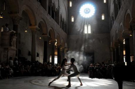 """""""Petali di luce: riflessi di misericordia"""", grande spettacolo di luci in Cattedrale per il giorno più lungo dell'anno"""