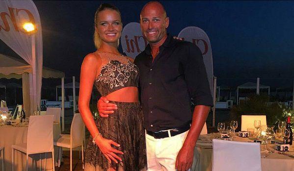 Stefano Bettarini e Mercedesz Henger avvinghiati in una foto, un dispetto a Simona Ventura