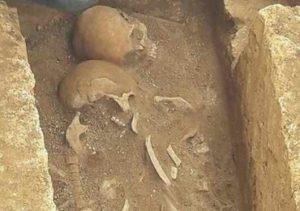 Taranto, scoperti due scheletri che da secoli sono abbracciati, forse era una coppia di amanti