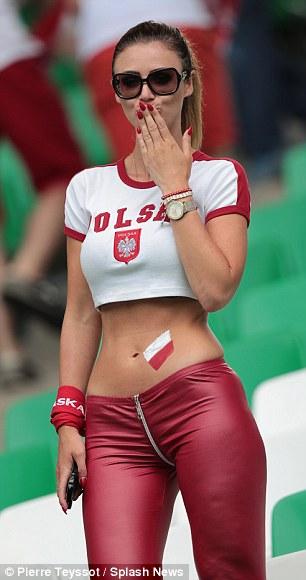 Svizzera sconfitta agli europei, la bellissima Lady Dzemaili non sarà più sugli spalti
