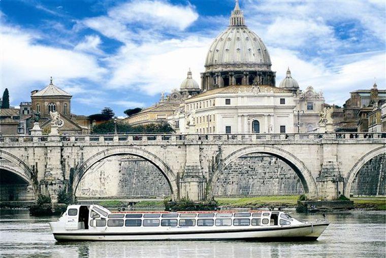 Roma, folle fuga sul Tevere. Leccese ruba un battello turistico e scappa. Denunciato