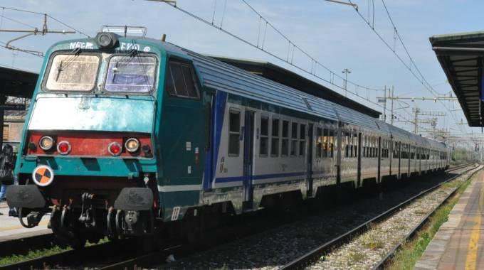 Trani, giovane donna travolta e uccisa da un treno proveniente da Bari, si pensa a un suicidio