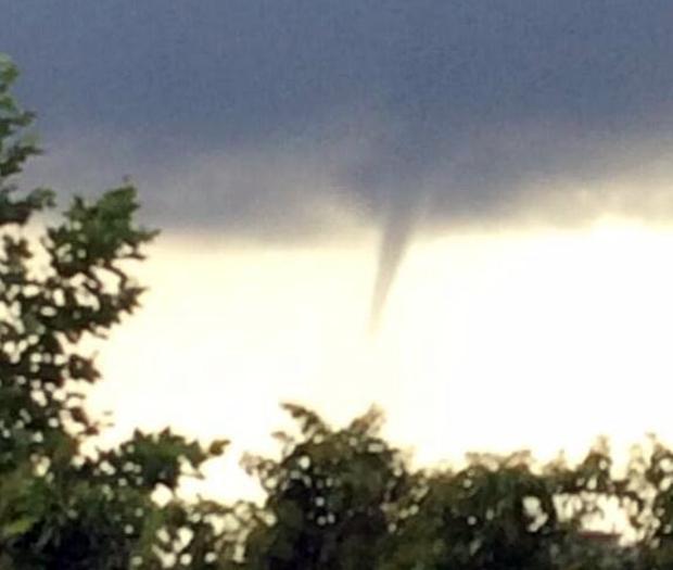 Attimi di terrore  e meraviglia ad Andria, tornado si abbatte su alcune ville distruggendo alberi