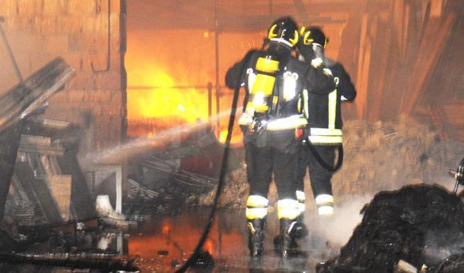 Marito impazzito incendia la casa dopo un litigio con la moglie. Edificio evacuato a Margherita di Savoia