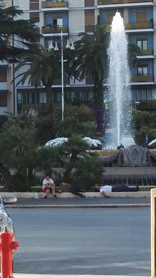 Bari in stato di abbandono, le foto del bivacco di alcuni uomini in Piazza Cesare Battisti e alla Stazione centrale diventano virali