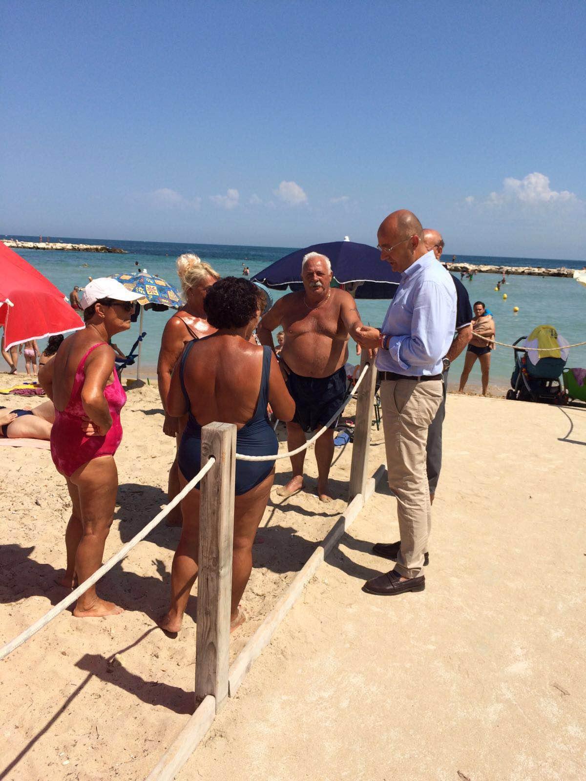 Bari, lavori in corso a Pane e Pomodoro. Un nuovo corrimano faciliterà l'accesso al mare dei disabili