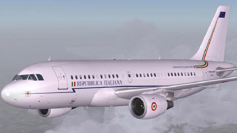 A Bari per una breve sosta il mastodontico nuovissimo aereo del premier Matteo Renzi, può volare senza mai fermarsi per 16 mila chilometri