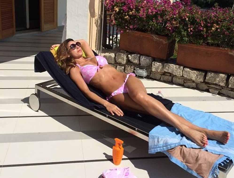 Anna Tatangelo posta foto in mini bikini e mostra le sue forme da urlo, delirio dei fan