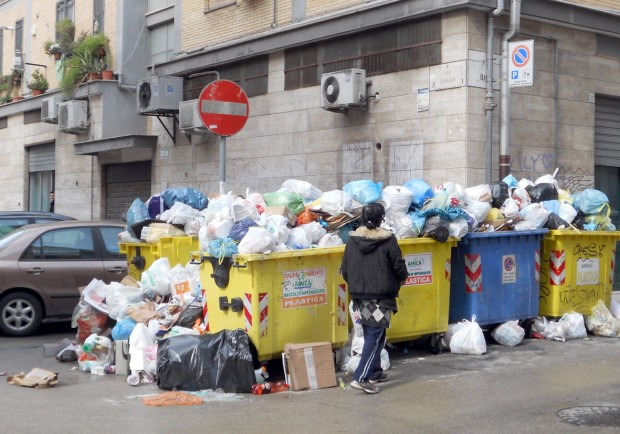 Bari, 17 multe in un solo giorno per rifiuti gettati in orari vietati, installate telecamere per riprendere chi viola prescrizioni