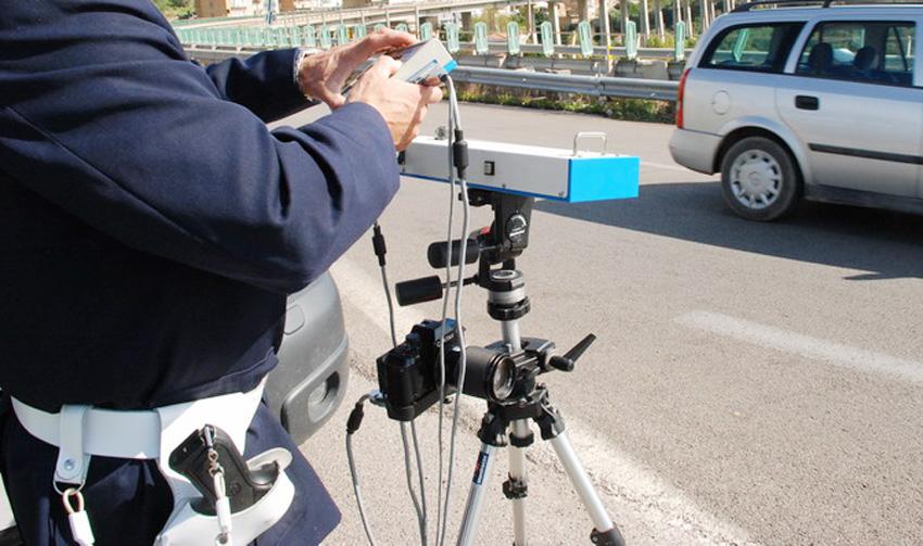 Bari, Telelaser è una strage, in soli 14 giorni elevate 270 multe per guida senza cintura, limite di velocità e smartphone