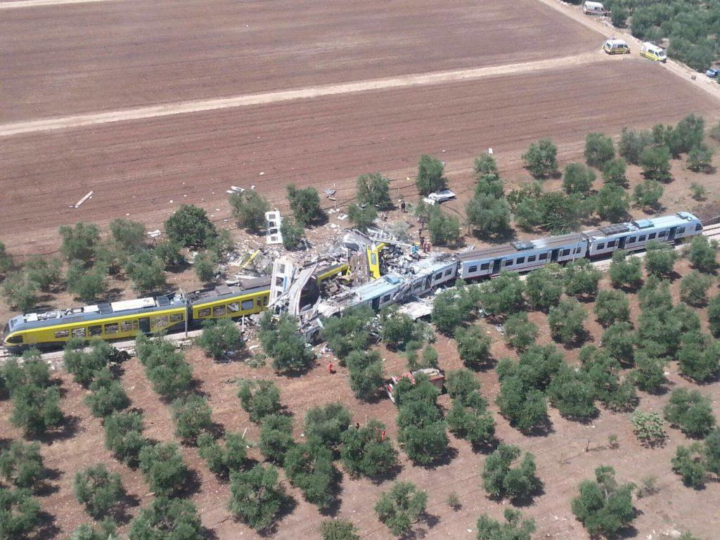 Bari centrale, nel silenzio assordante lo straziante urlo di dolore del fischio dei treni in ricordo della tragedia sulla Andria –Corato, il video