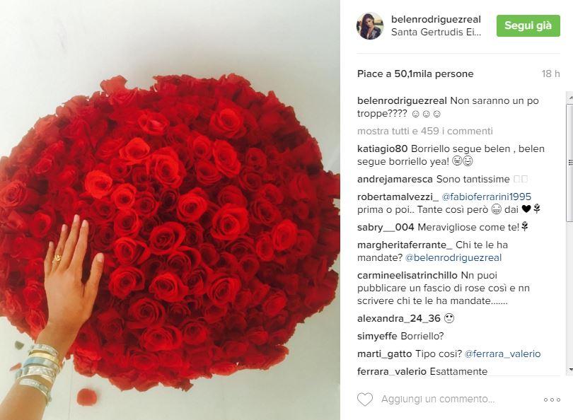 Belen Rodriguez riceve un mazzo di rose rosse da un misterioso spasimante, i bookmaker pesano che possa essere Valentino Rossi